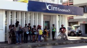 Manifestation pacifique devant les locaux de CIM Finance de Mahébourg